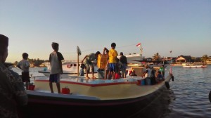 Kegiatan Para Nelayan Sesaat setelah tiba di Pelabuhan